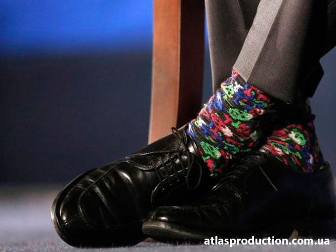 Трюдо и яркие носки.